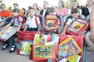 niños resiviendo regalos